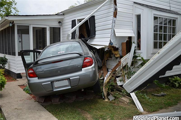 car-photo-2004-dodge-neon-crash-accident-into-house