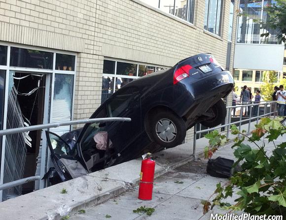 car-photo-2008-honda-civic-hybrid-accident-crash-into-buildling-fail