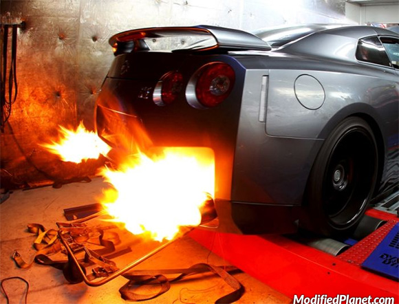 car-photo-2011-nissan-gtr-on-dyno-quad-exhaust-fire-backfire