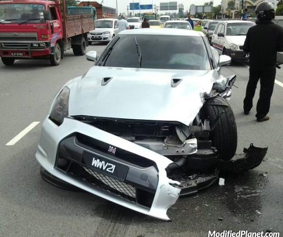 car-photo-2009-nissan-gtr-accident-highway-front-driver-quarter-damage