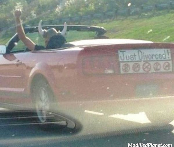 car-photo-2006-ford-mustang-convertible-just-divorced-sign-funny