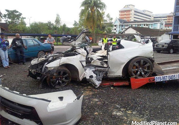 car-photo-2011-nissan-gtr-crash-accident-totaled