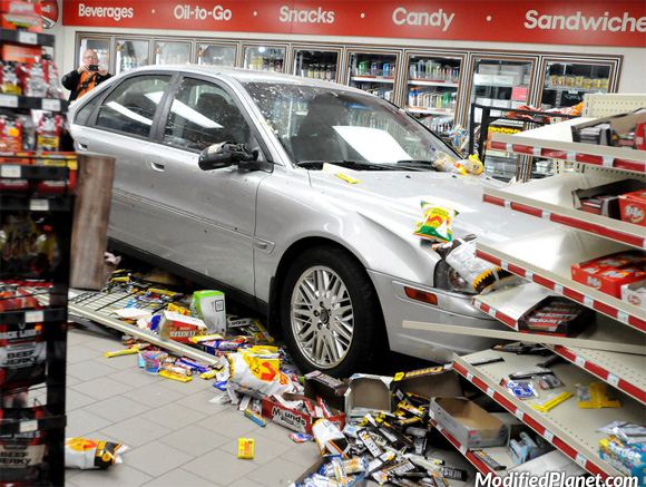 car-photo-2005-volvo-s80-crash-into-gas-station-convenience-store-fail