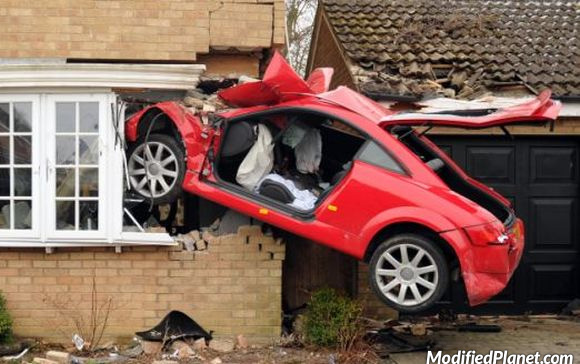 car-photo-2008-audi-tt-accident-crash-into-side-of-house
