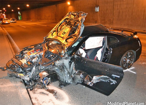 car-photo-2012-nissan-gtr-front-tunnel-crash-accident-detroyed-fail