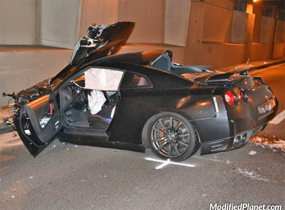 2012 Nissan GTR Crashes Inside Tunnel (2 Pics)